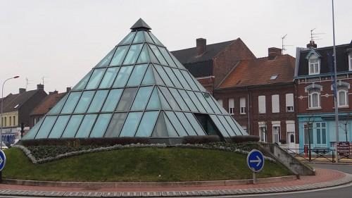 800px-Aniche_-_La_pyramide_(1).jpg